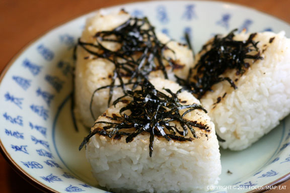 Grilled musubi garnished with shredded nori